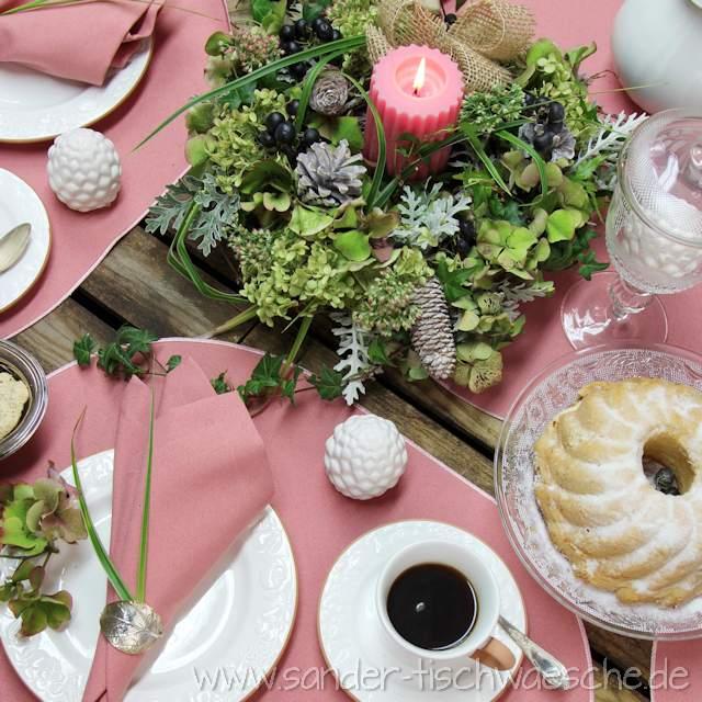 gedeckter Tisch mit Tischsets rosa